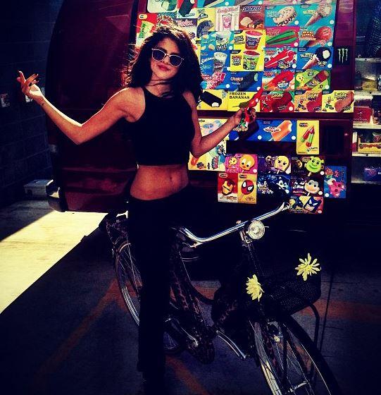 Selena Gomez sexy ventre slim